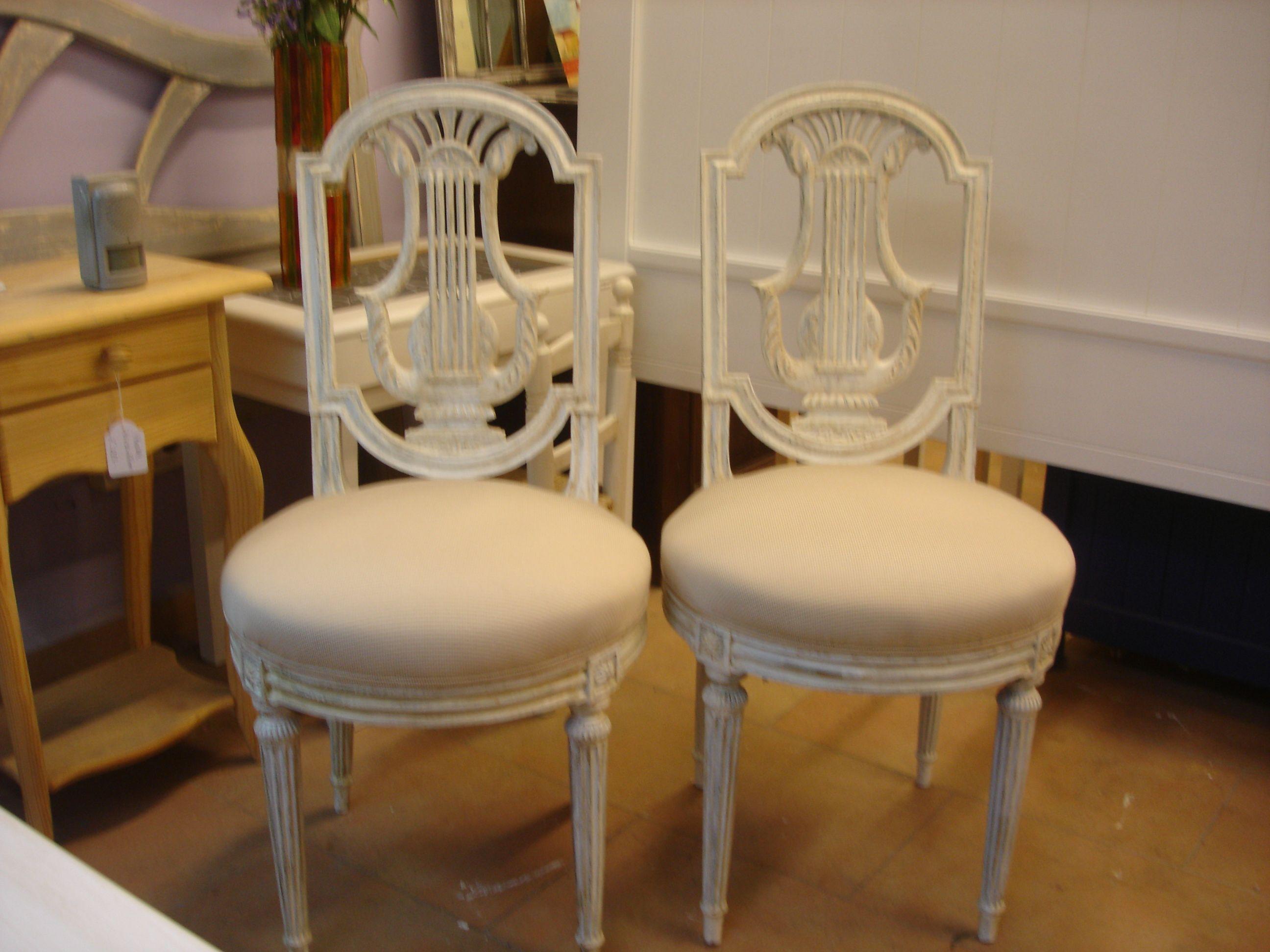 Sillas de estilo rom ntico decapadas y pintadas en blanco for Muebles romanticos blancos