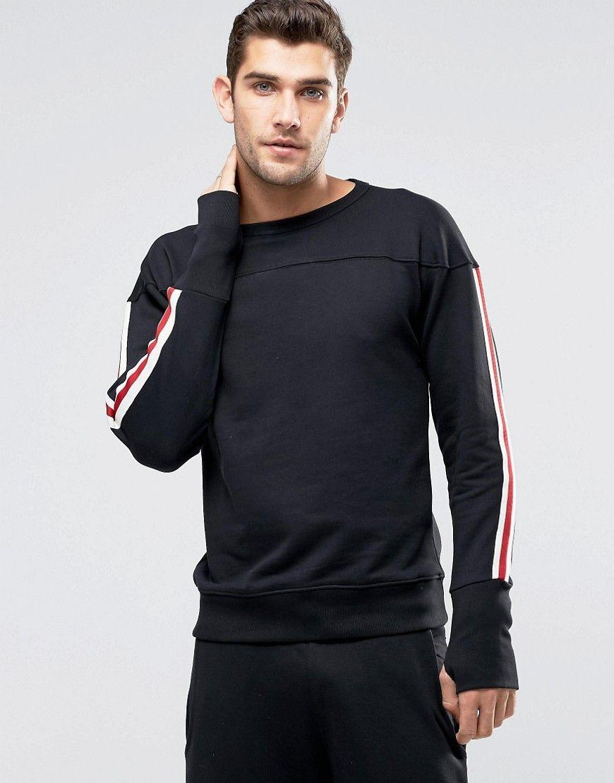 As listras laterais, características do vestuário esportivo aparecem no guarda-roupa casual. #FocusTextil