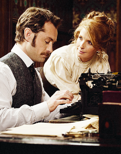 Jude Law & Kelly Reilly in Sherlock Holmes: A Game of Shadows (2011)