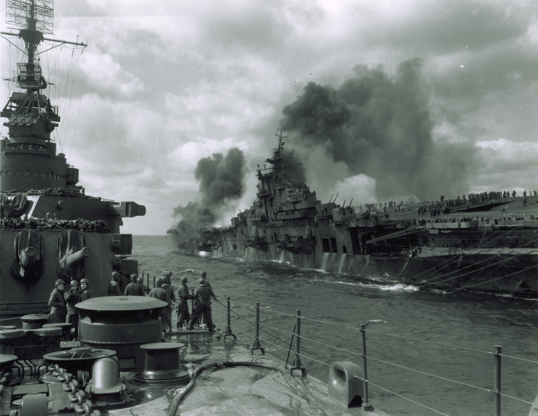 USS Santa Fe (CL 60) coming along side USS Franklin (CV 13 ...