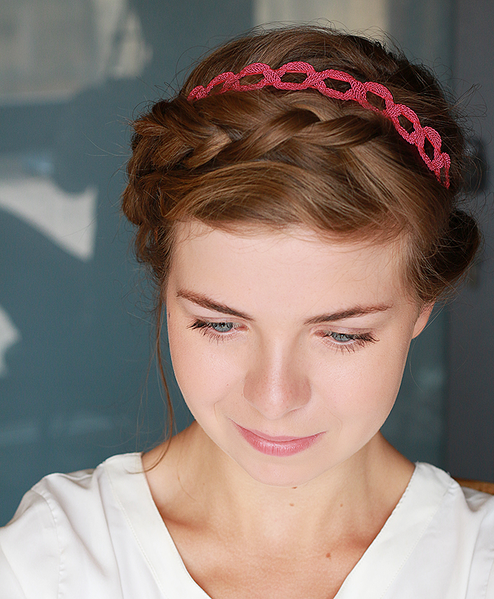 coiffure romantique avec un headband comment porter un headband flashy coiffure couronne de. Black Bedroom Furniture Sets. Home Design Ideas
