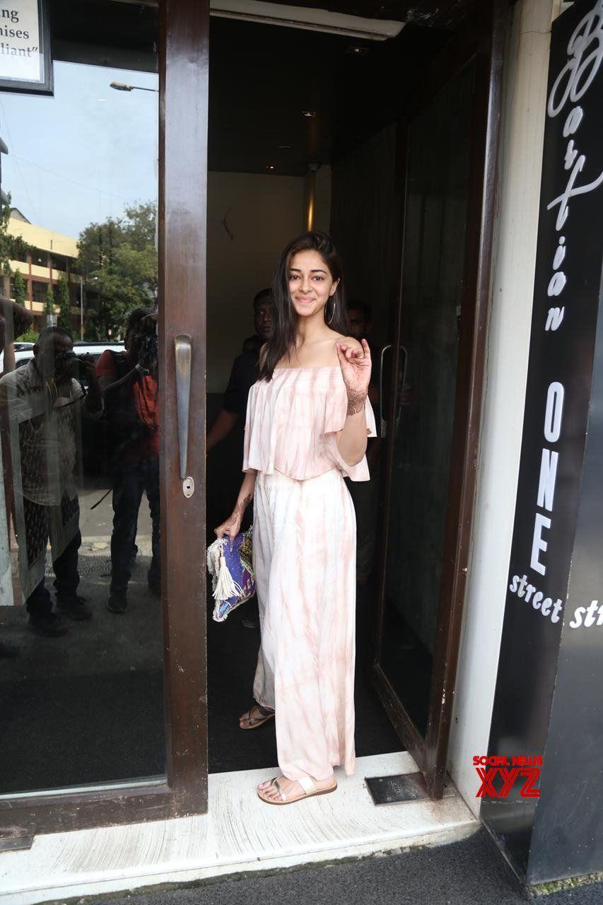 Mumbai Ananya Panday Seen At Bandra Gallery Social News Xyz Indian Heroine Bollywood Stars Mumbai