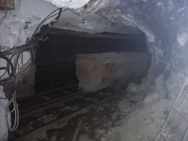 廃坑の中のトロッコ