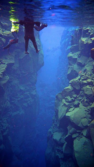 La grieta de silfra en islandia es el nico lugar en for Piscinas naturales islandia