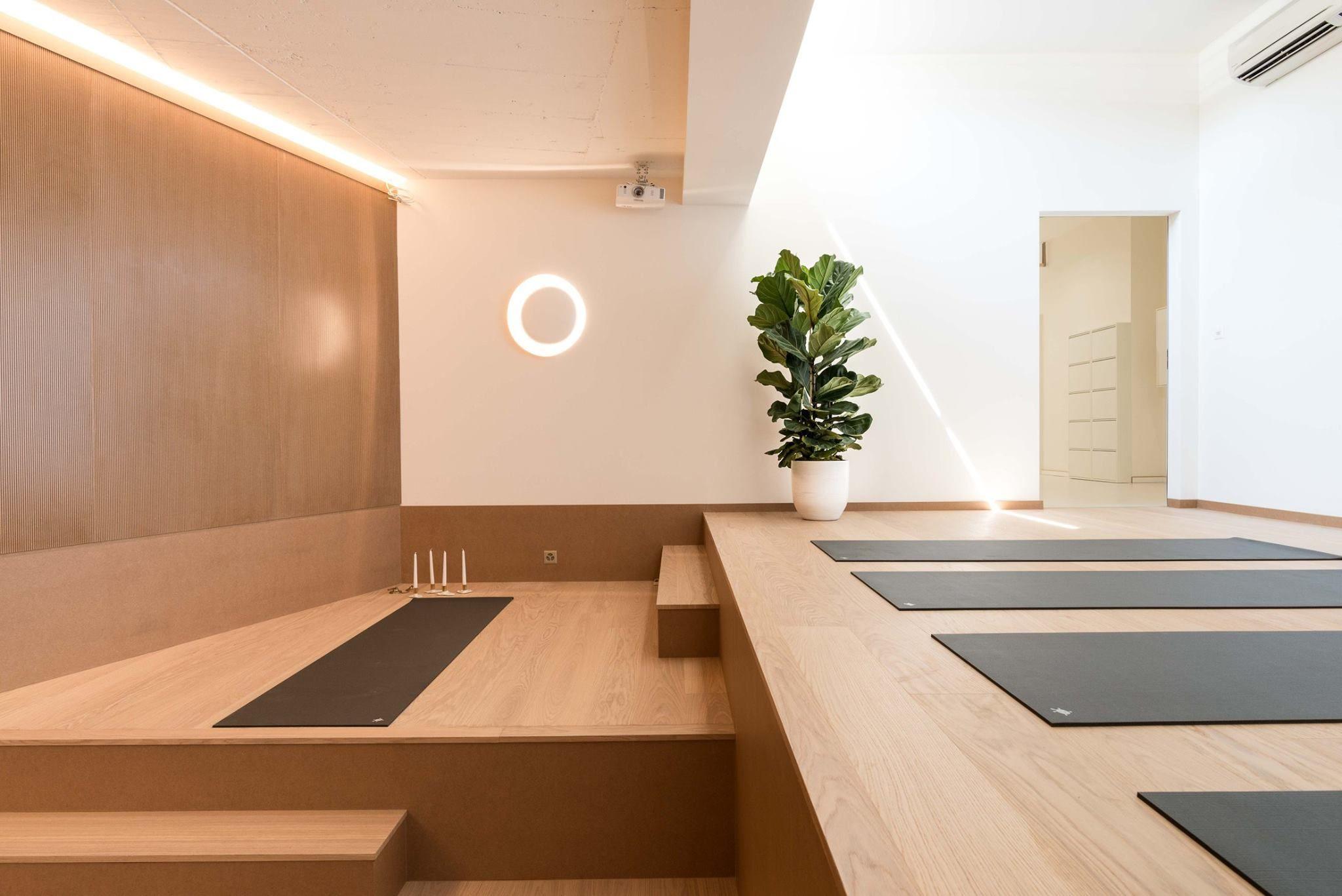 salle de yoga pilates atmosfera 2019. Black Bedroom Furniture Sets. Home Design Ideas
