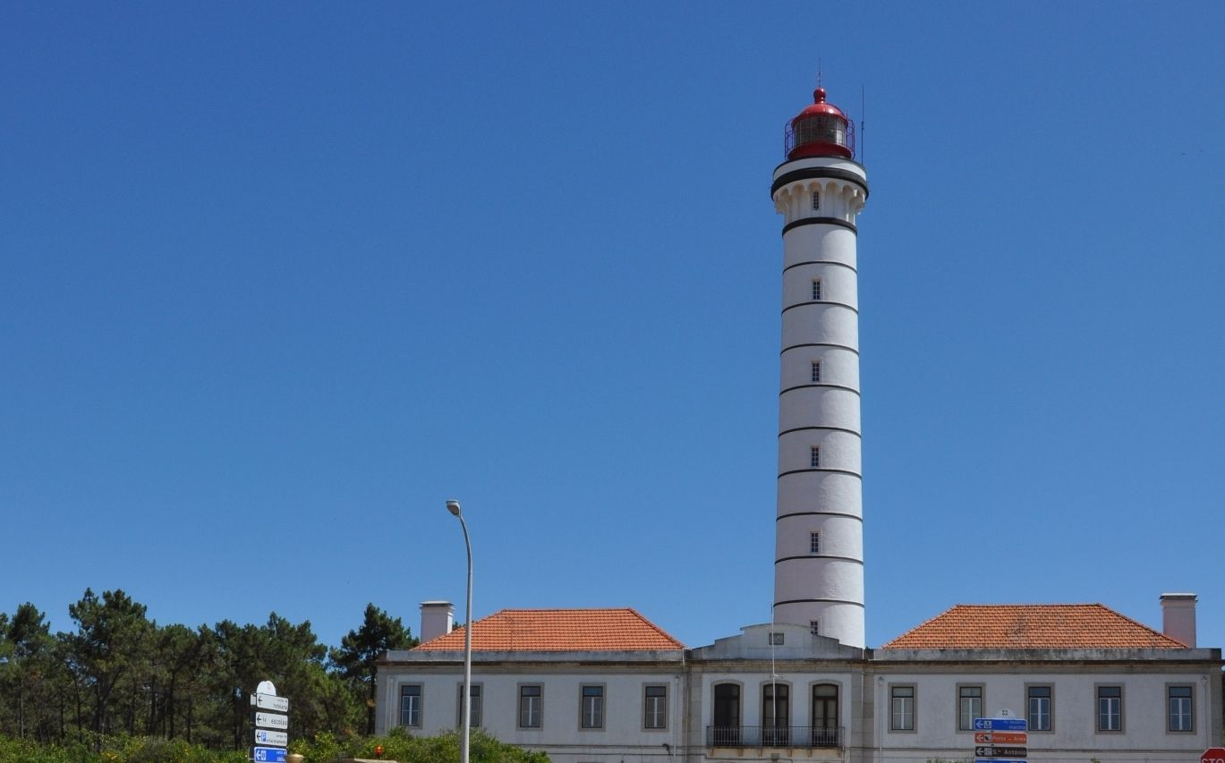 50 years ago my father lived a whole year in this lighthouse, it was for rent so my grandfather moved there with the family - so cool! (the whole mechanism is automatic, no need to light anything at sunset...still working today)