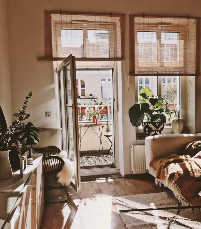 Großartig Sonniges WG Zimmer Im Warmen Gelb Braun Farbton Mit Bumbusvorhängen. #WG