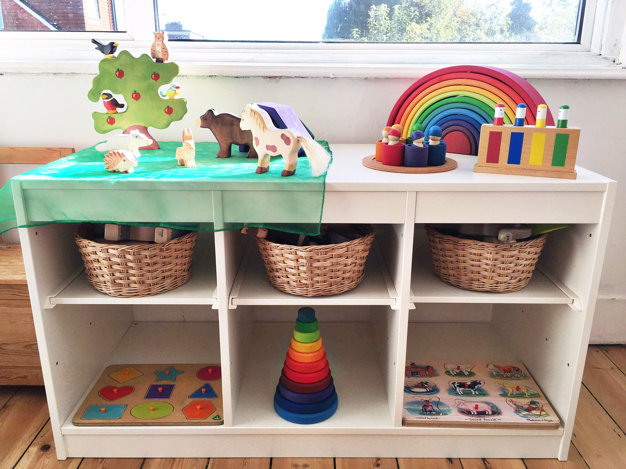 A Peek Inside Eloise Sam And Frida S Montessori Style Home In London The Montessori Notebook Minimalist Kids Room Montessori Playroom Montessori Room