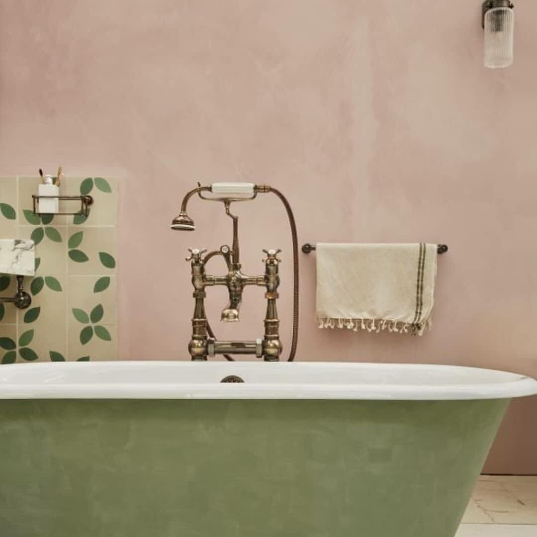 Plaster walls instead of tiles are the key to an authentic