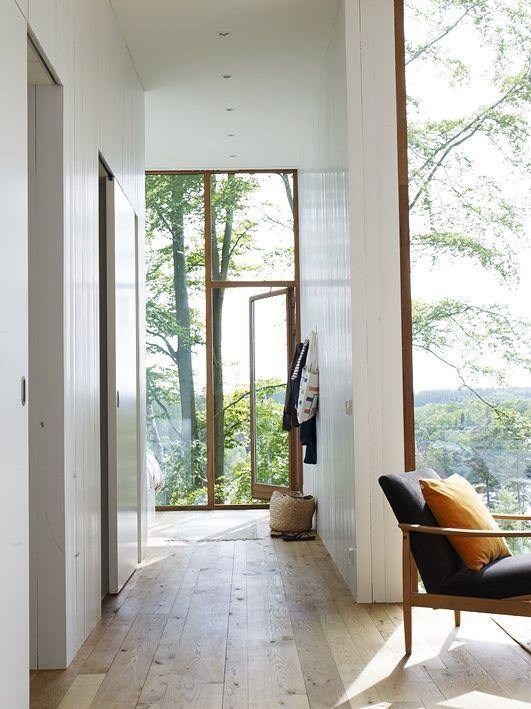 Photo of Vakker moderne plass i nordisk stil med gulv til tak-vinduer. #plantegninger # …