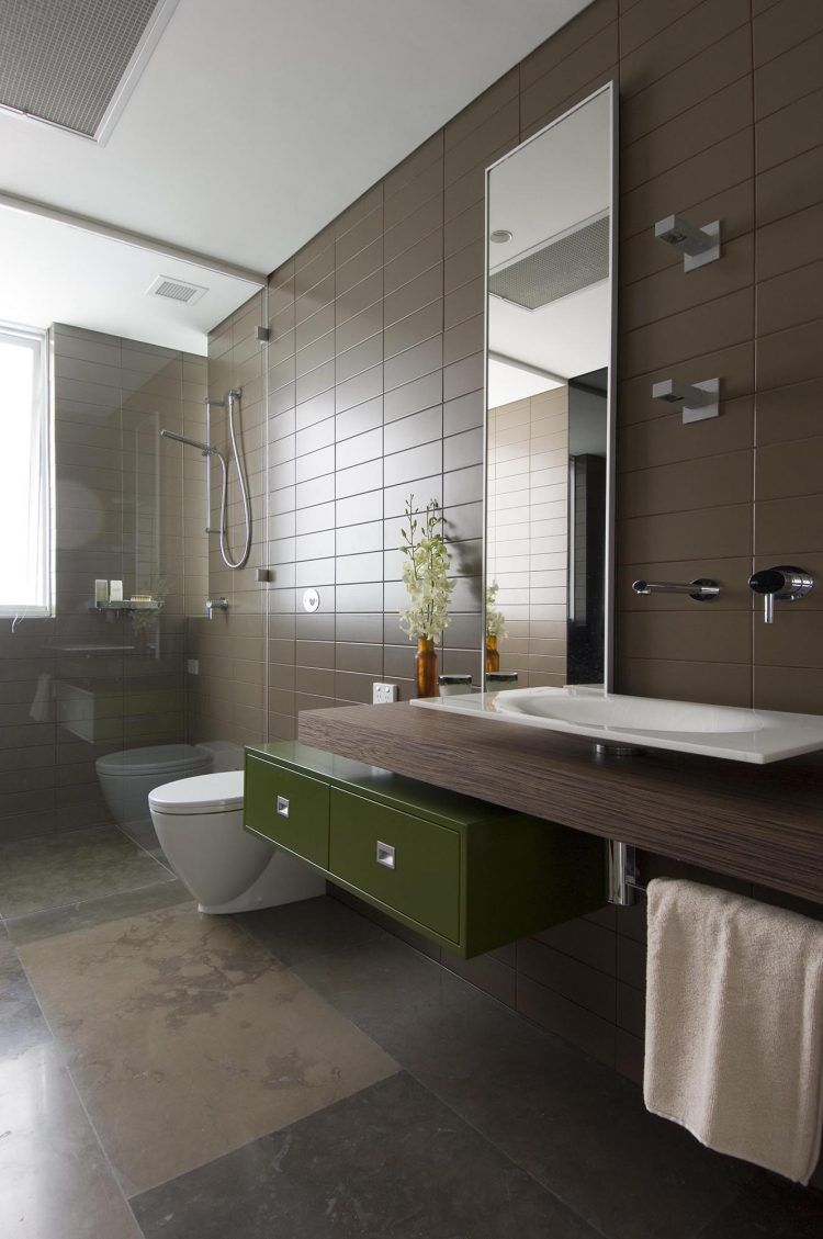 Braune Badezimmer Fliesen Und Schwebender Holz Waschtisch