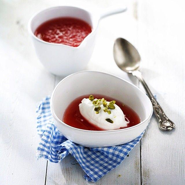 sopa freda de sindria amb gelat de iogurt