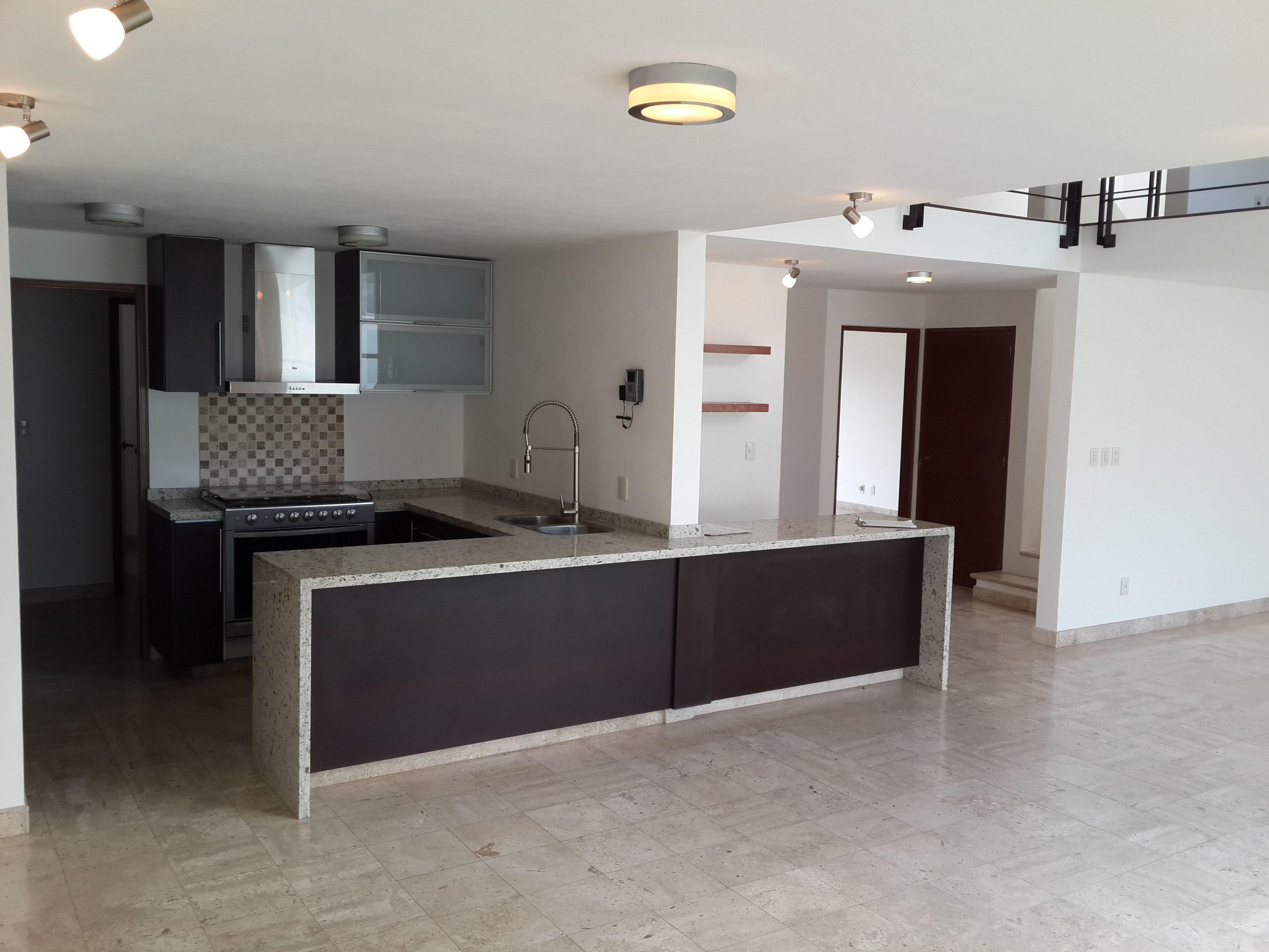 Elegante cocina de Granito, con espacios abiertos y vista al Jardín ...