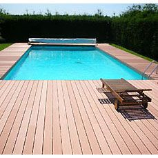 Plage de piscine et terrasse en bois composite | Terrasse en bois ...