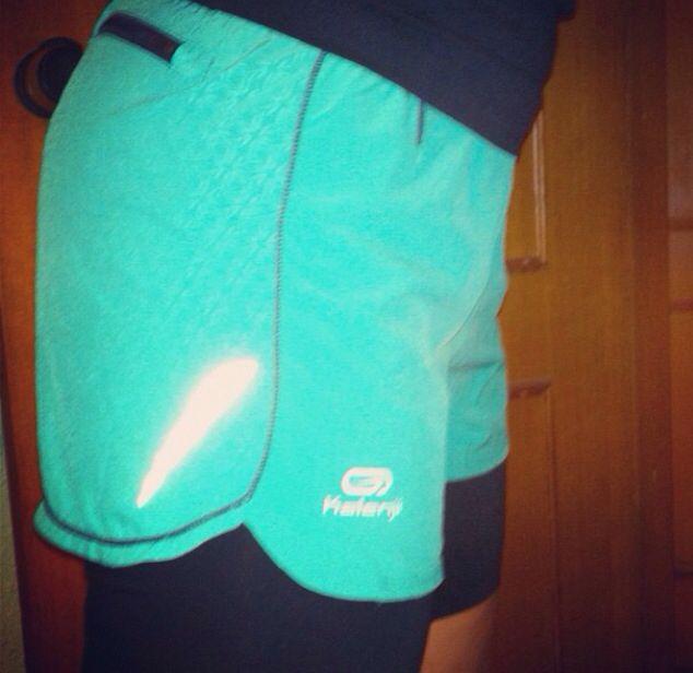 Pantalón kalenji ligero y súper comodo! Añade unas mallas bajo para mayor sujeción y adaptabilidad al correr! Me encantan!!