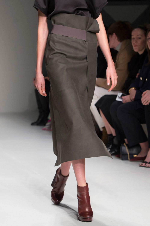 Gonne e pantaloni  tutte le tendenze moda dalle sfilate Autunno Inverno  2017-2018 f573d9c4baa