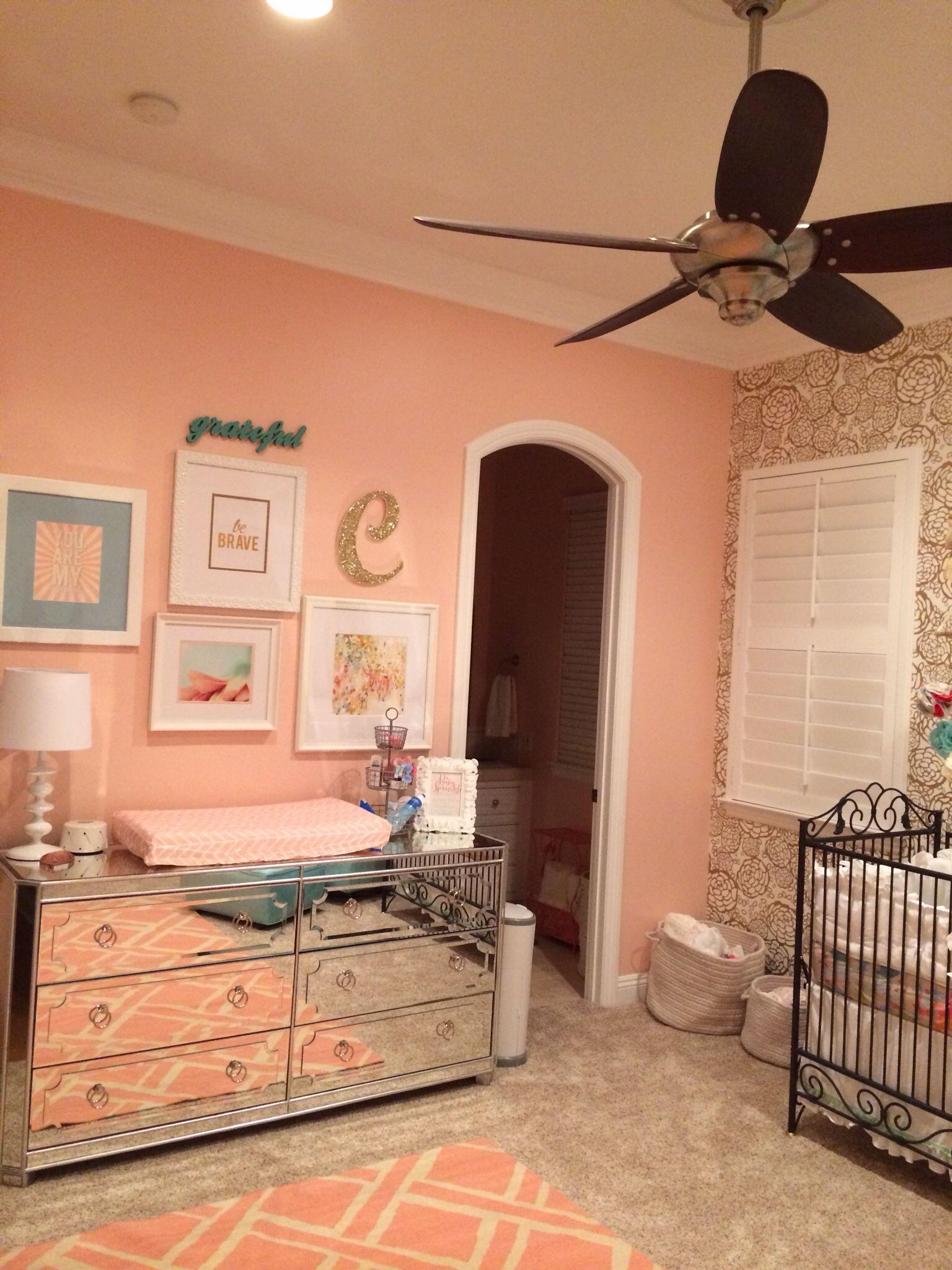 Nursery. Coral, gold, aqua, dresser z Gallerie Baby girl