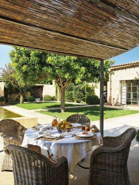 Descubre las claves para decorar bien terrazas, porches y jardines - sombras para patios