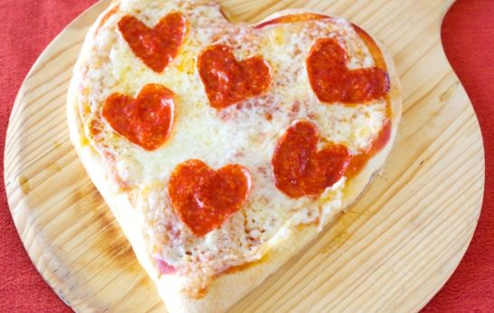 Step by Step Heart-Shaped Pepperoni Pizza - QueRicaVida.com