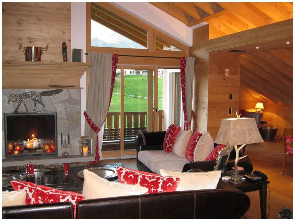 Salotto con camino in una casa di montagna casa dolce for Case in stile chalet