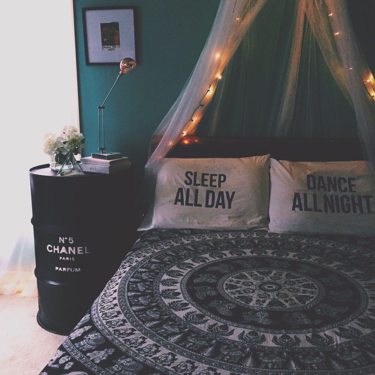 Raum mit lichtern um pin von arianna jalil auf sacred sanctumue dream room  pinterest