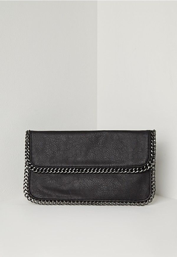 Work that knock out edgy glamorous look with this kickass clutch. In all black with badass chain detail this one will spice up any outfit. Work alongside an all-black look for an on fleek new look.