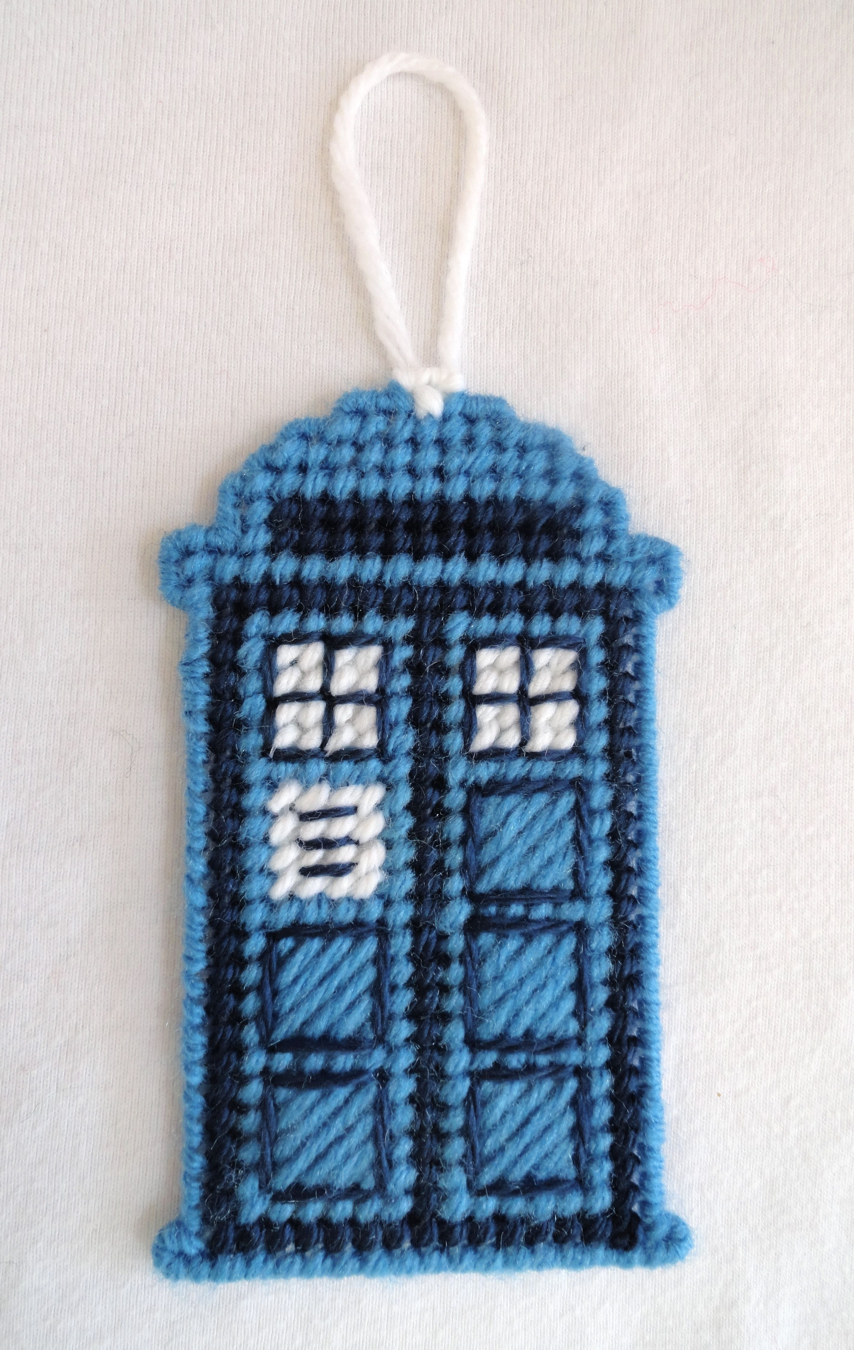 Dr who tardis police call booth needlepoint on plastic canvas back by sue roddy auf plastik - Tardis selber bauen ...