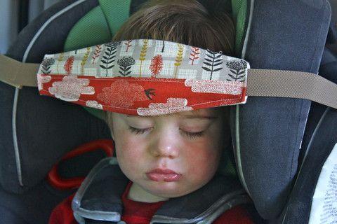 Quem nunca ficou segurando a cabeça dos pequenos enquanto eles dormiam na cadeirinha? Problema resolvido! Adapte com qualquer elástico e pano que tenha em casa.