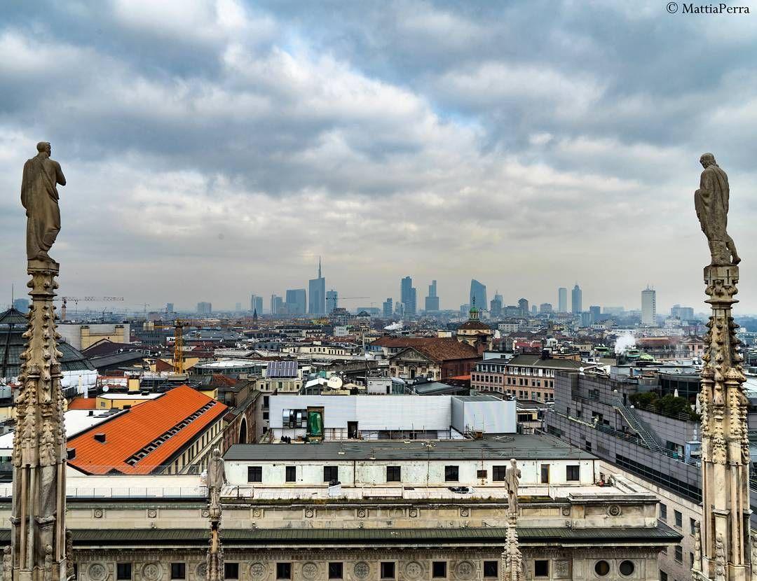 Il quartiere di Porta Nuova con i grattacieli più alti d'Italia fotografati dalla terrazza del Duomo di Milano  . . #milano #lombardia #italia #igersmilano #igersitalia #igerslombardia #igmilano #ig_milano #iglombardia #ig_lombardia #volgomilano #volgolombardia #vivomilano #vivolombardia #milanocity #loves_milano #instamilano #igermilano #milanocityufficiale #milanocityofficial #milanocentrale #igers_milano #milanodavedere #visitmilano #lombardia_super_pics #igers_lombardia #instalombardia…