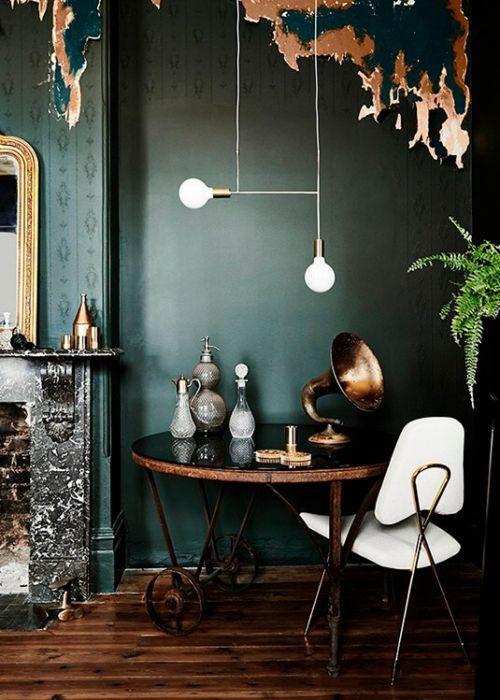 Der Raum Könnte Kaum Mehr Vintage Sein! Grüne Wandfarbe, Altes Kupfer,  Marmorkamin Und Spiegel Mit Goldrahmen.