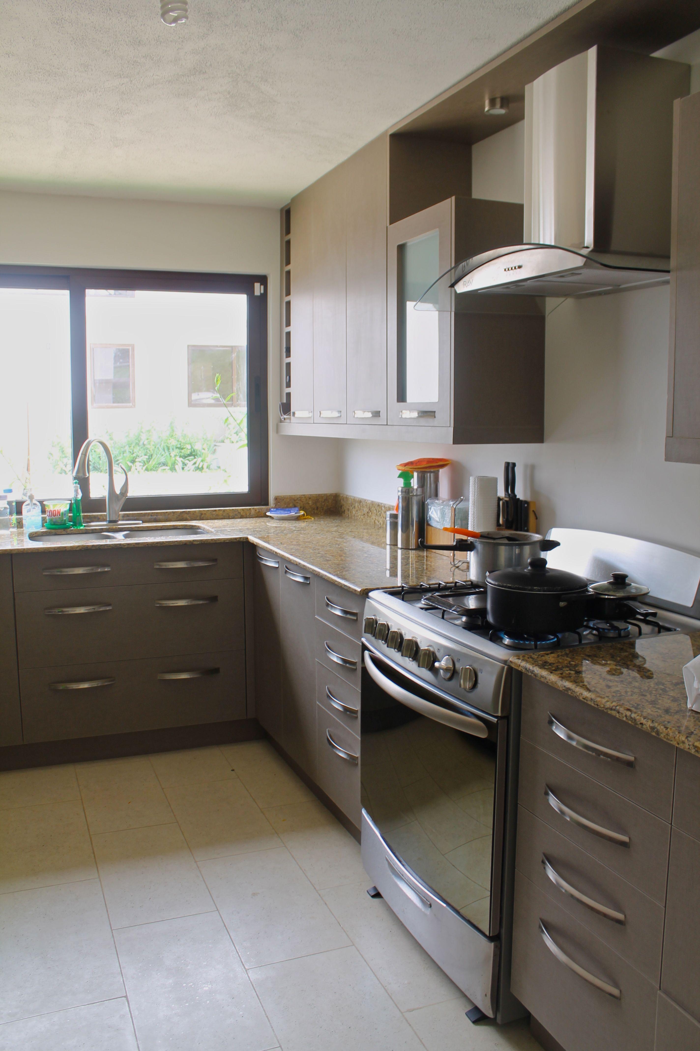 Cocina textil capuccino con granito amarillo santa cecilia for Ver disenos de cocinas pequenas