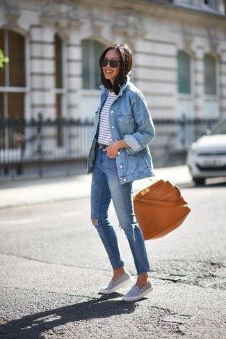 Vereinigen Sie Eine Hellblaue Jeansjacke Mit Blauen Engen Jeans Mit Destroyed Effekten Um Einen Lockeren Aber Dennoch Stylisch Outfit Outfit Ideen Jeansjacke