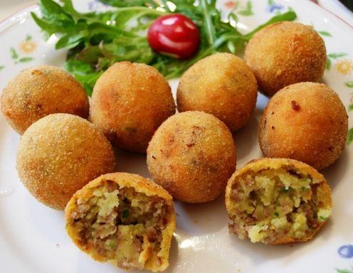 Zutaten  Portionen: 16    500 g Kartoffeln (mehlige Sorte)  150 g Faschiertes (gemischt)  3 EL ÖL  4 EL Petersilie (gehackt)  4 Ze...