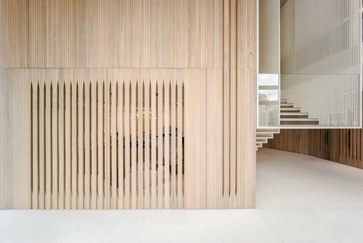 Holzwandverkleidung und minimalistische dekoration in einer