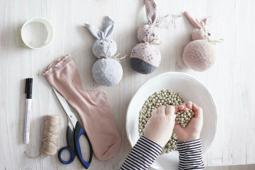 Lapsikin osaa. Eri pari sukista pääsiäispupu pääsiäinen koriste kierrätys lapset askartelu Herne Lanka sukka