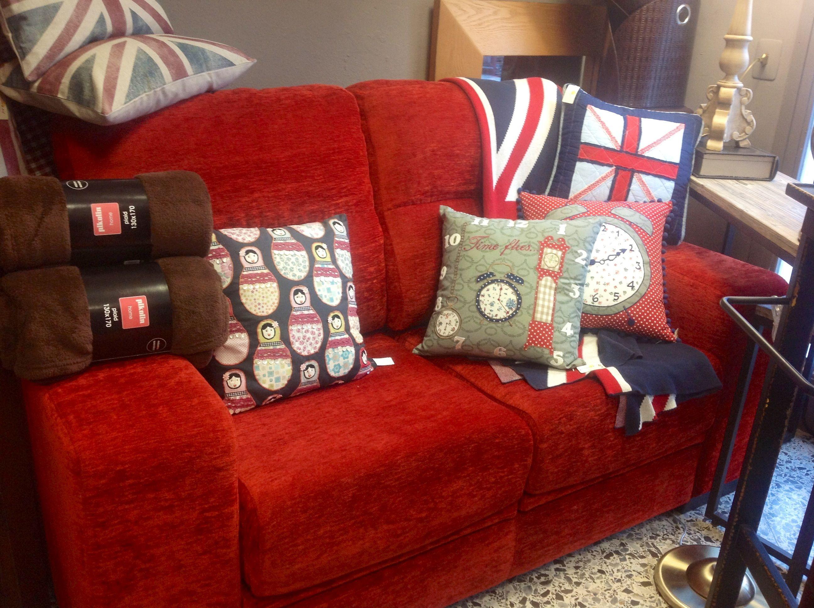 Sof rojo coordinado con cojines en colores a tono y manta - Sofa de cojines ...
