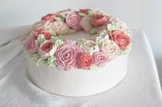 Buttercreme Rosen Torte - komplette Torte von schräg oben_