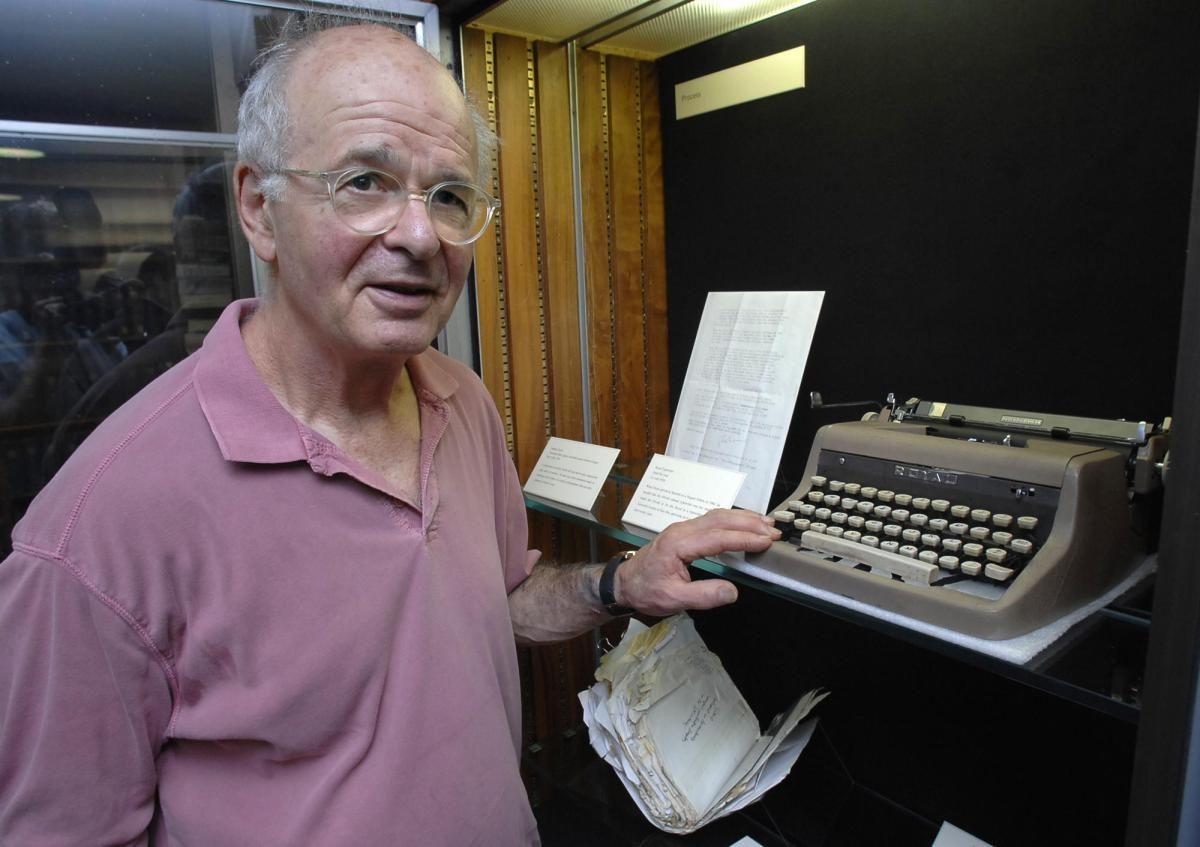 """[Originalmente publicado en el blog de Eterna Cadencia10-06-2016] """"Tendrán que despegar los dedos del teclado de la máquina de escribir para deshacerse de mí"""", dice el autor de Interes…"""