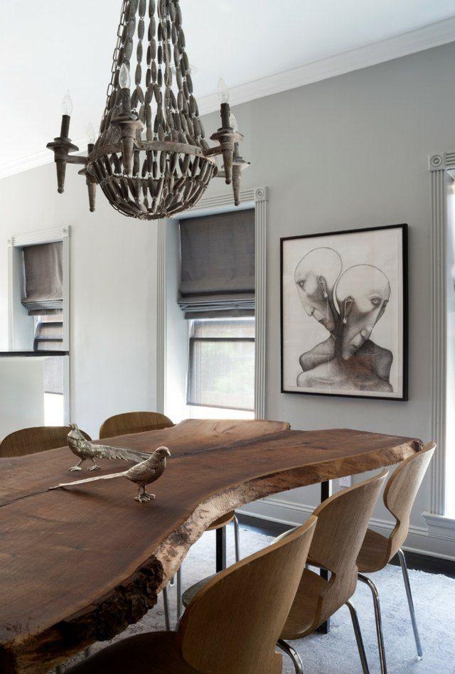 table massive en bois brut et chaises design