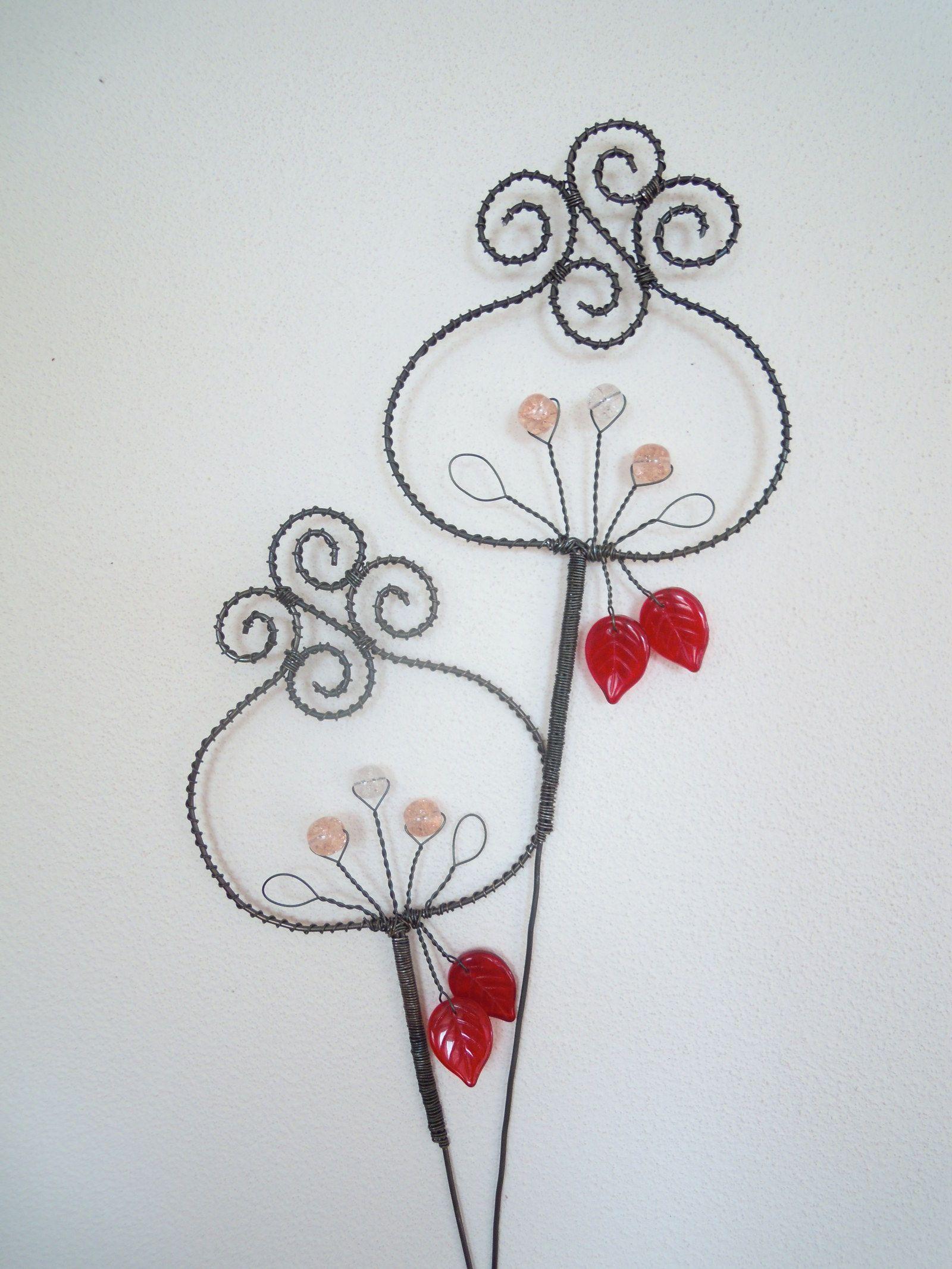 Pro Makovou panenku - zápich Drátovaná dekorace z černého vázacího drátu, dozdobená skleněnými praskanými korálky v barvě světlerůžové a čiré a skleněnými tmavočervenými lístečky. Velikost květu: 9 cm x 7,5 cm, výška zápichu cca 34 cm. Cena za 1 kus.