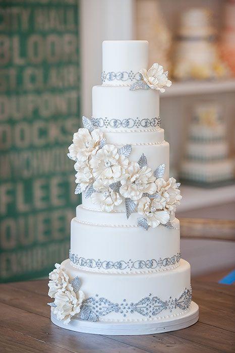 Csipkés esküvői torta virágokkal