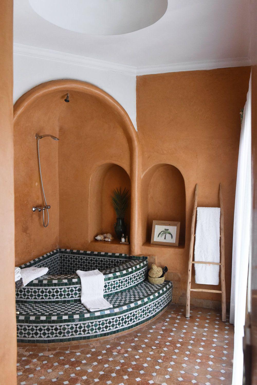 Salle De Bain Marocaine Beldi ~ couleurs chaudes et nature terre et blanc avec un carrelage