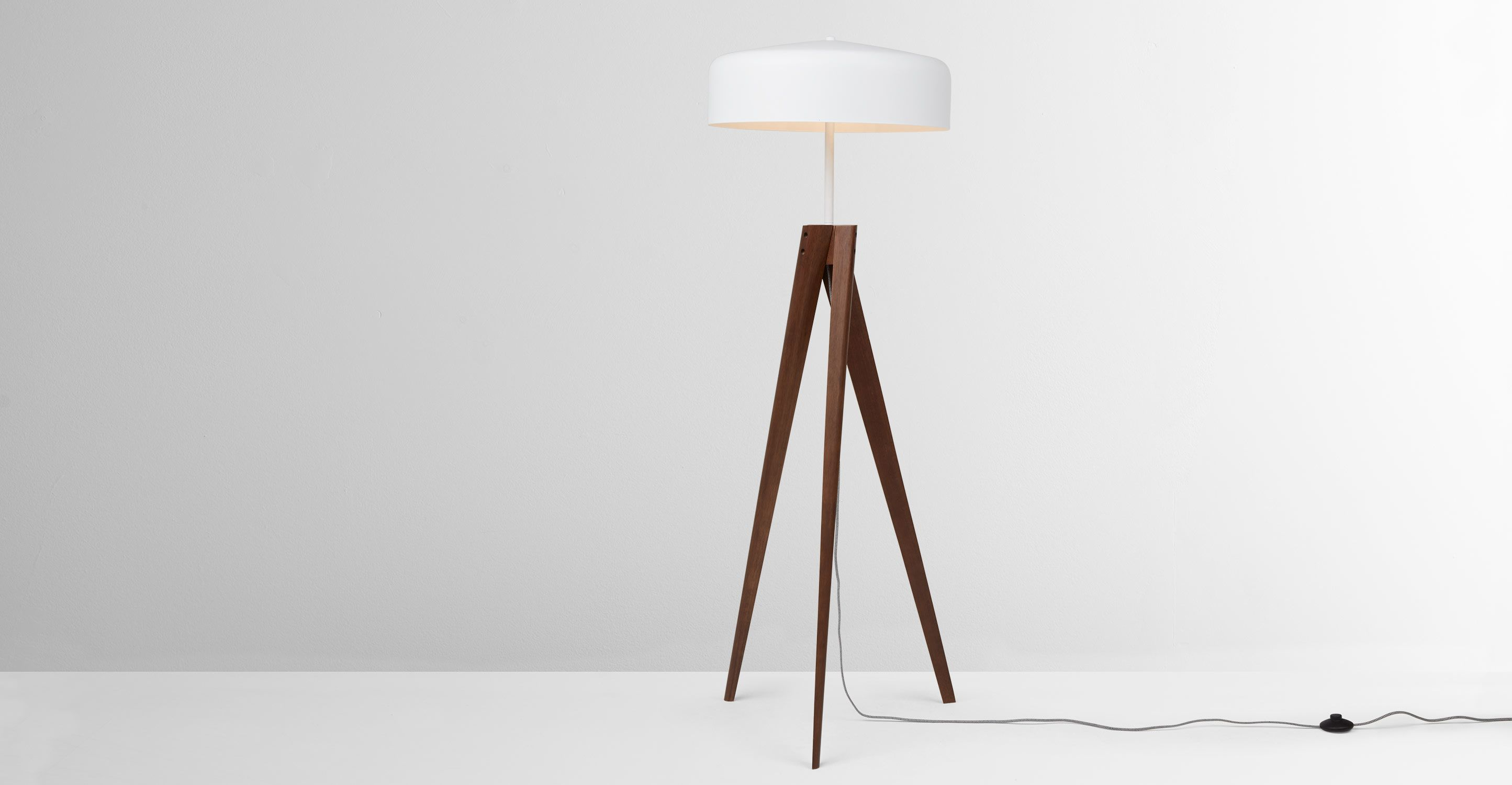 Madison Tripod Stehlampe Dunkles Holz Und Weiss Made Com Jetzt