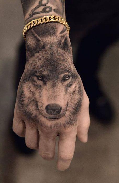 25 Wild Wolf Tattoos For Men Em 2020 Tattoo Na Mao Masculino Tatuagem Na Mao Tatuagem Na Mao Masculino