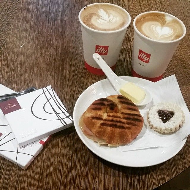 #modelsdoeat #norunwayshere ;-) #lavender #latte & #vanillaclove latte #hamandbutter #domori chocolates