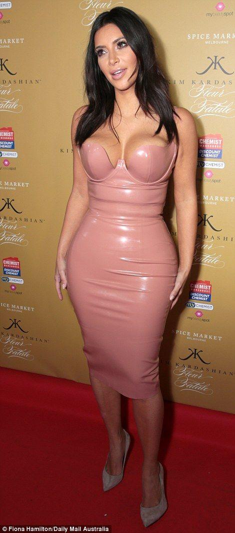 Kim Kardashian squeezes her famous figure into dress | Casas