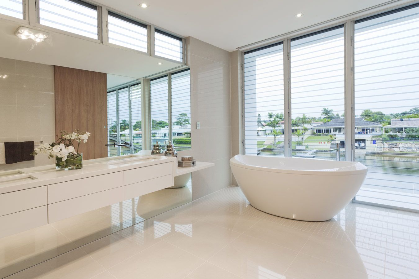 Moderne Witte Badkamer : Moderne witte badkamer met grote spiegel badkamers pinterest