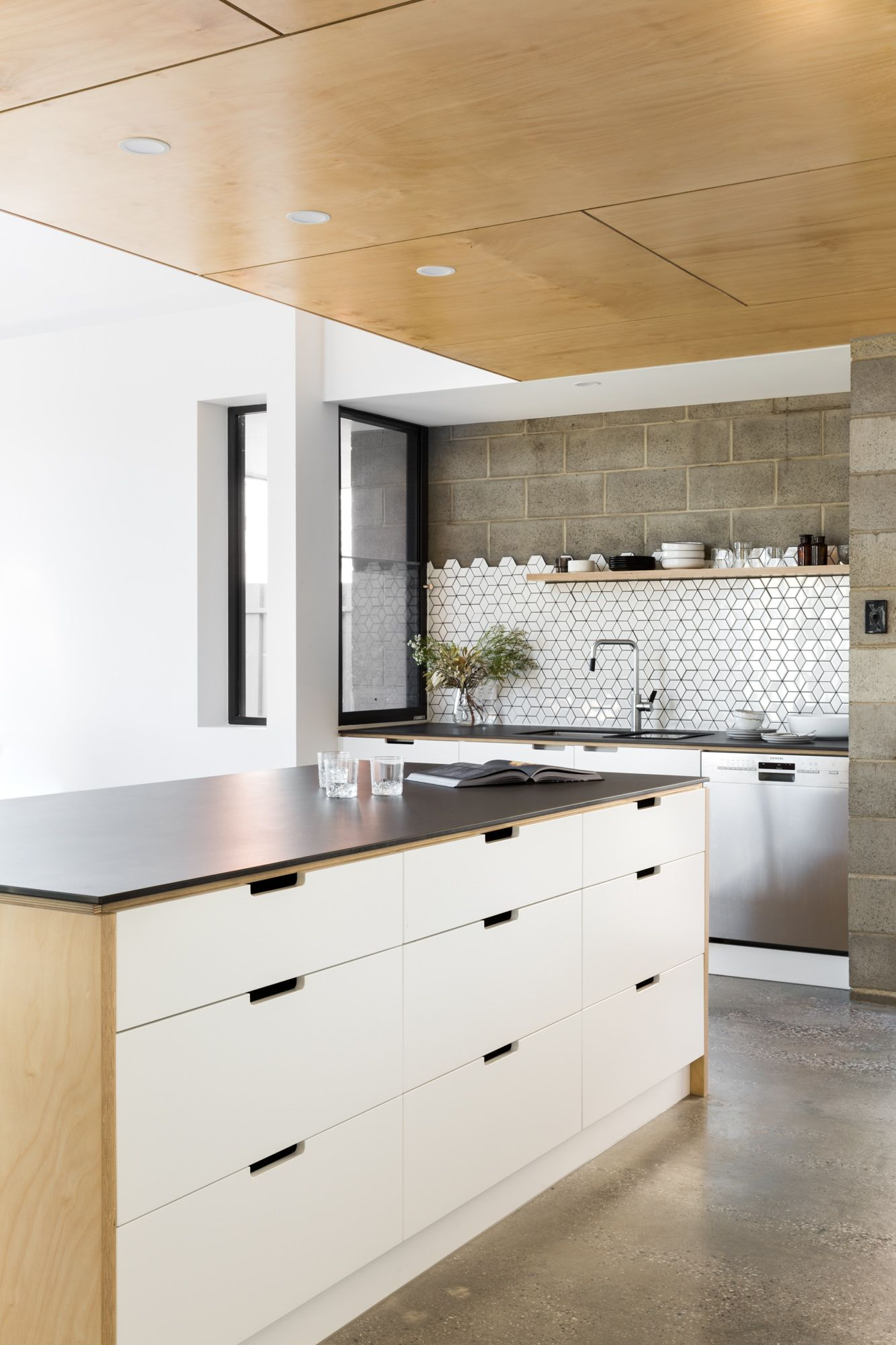 2pac Painted Doors With Notch Out Handle Detail Meet Neolith Nero Tops By Cdkstone Kitchendesign Kitchens Industria Kitchen Design Kitchen Kitchen Styling