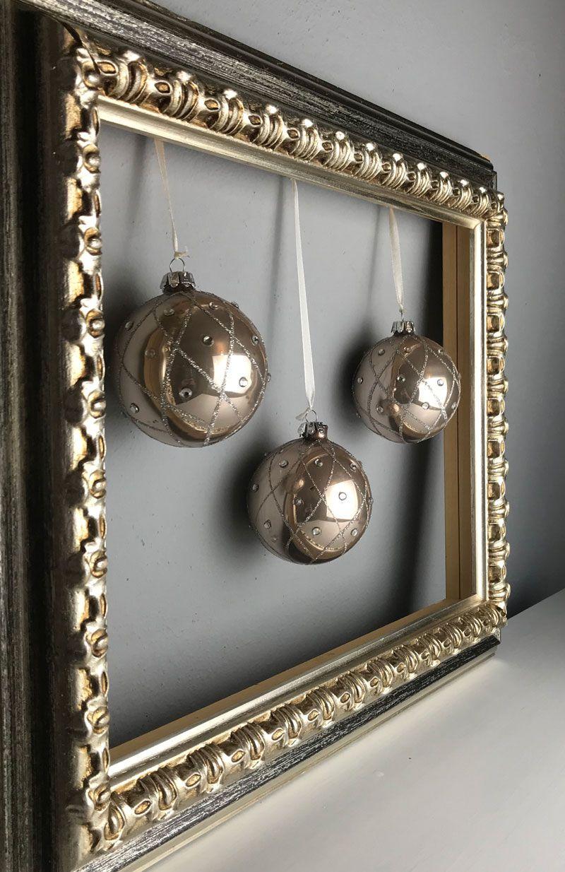 Weihnachtskugeln im Bilderrahmen