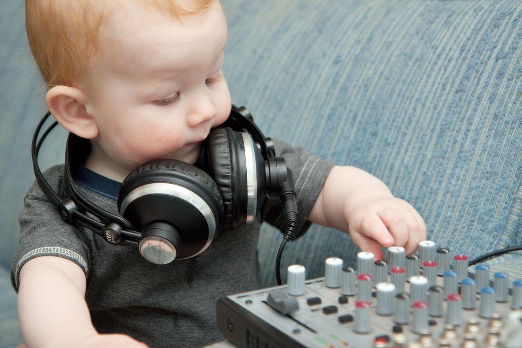 Baby engineer, big headphones   Komik